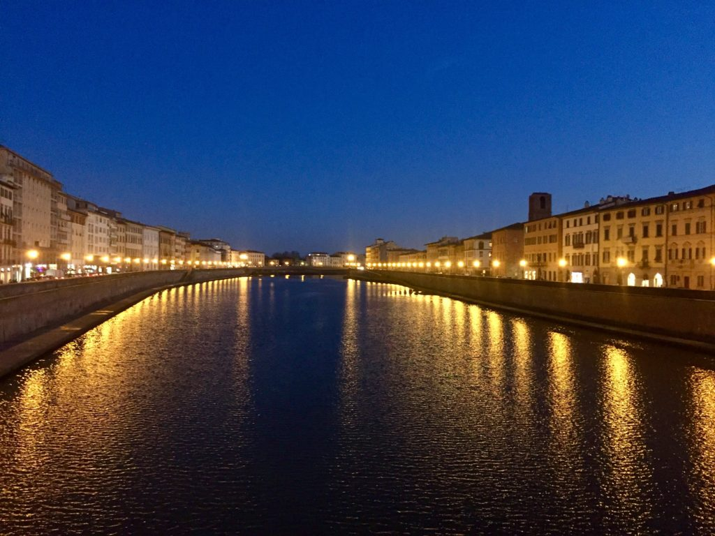 Lungarno di Pisa la sera.