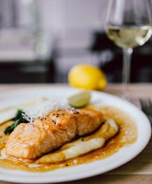 Piatto di pesce e il calice
